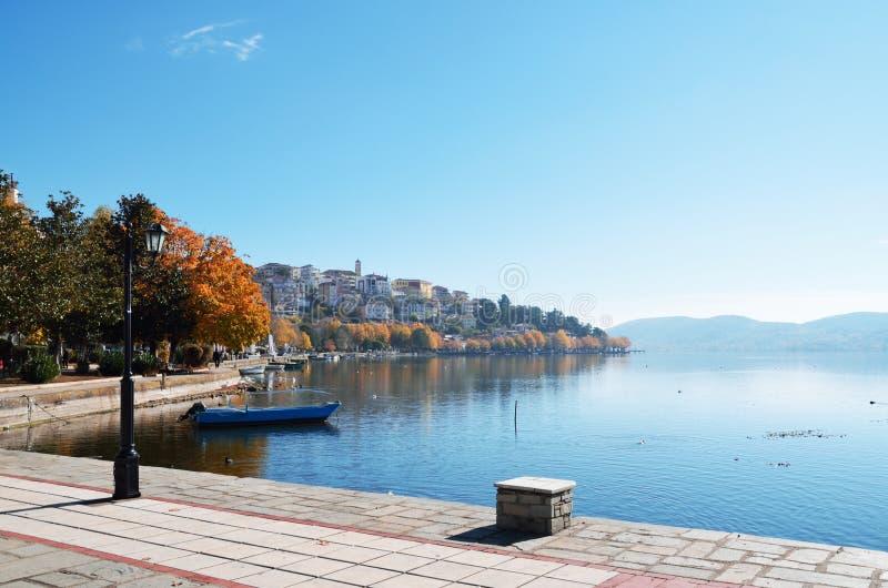 Kastoria lakefront i höst royaltyfria bilder
