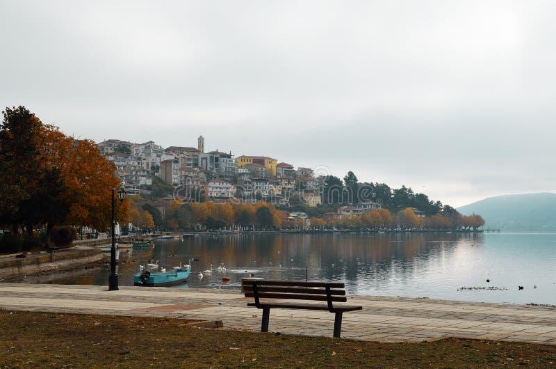 Kastoria lakefront i höst royaltyfri foto