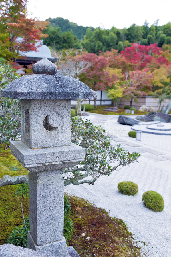 Kasuga doro或石头灯笼在秋天期间的日本禅宗庭院里在Enkoji寺庙,京都,日本 图库摄影