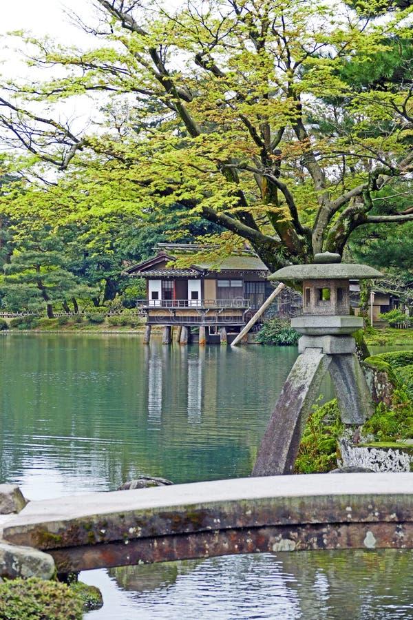Kasumigaike池塘和Kotoji托罗灯笼在Kenrokuen庭院里面 免版税库存图片