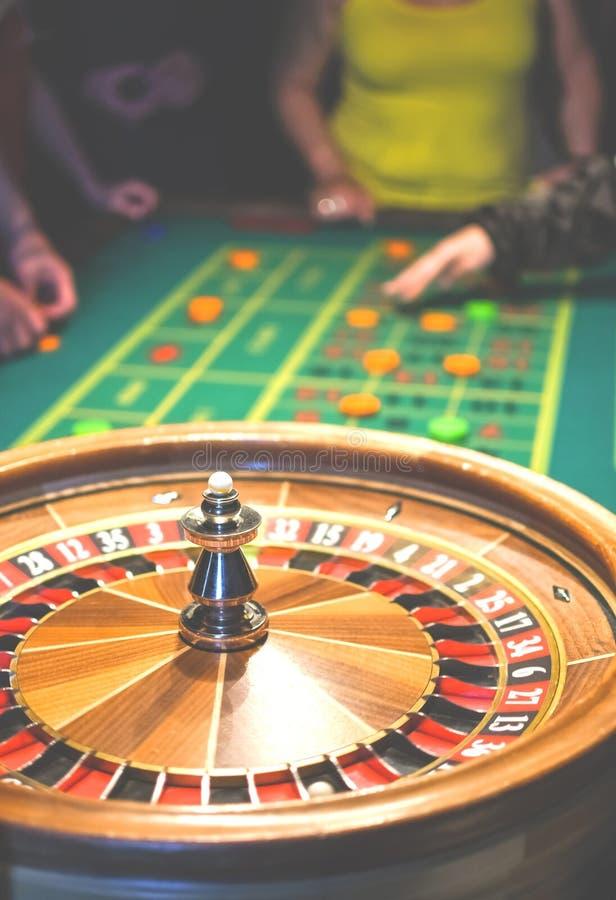 kasynowi założenia uprawia hazard gemową ruch ruletę Zielony stół z barwionymi układami scalonymi przygotowywającymi bawić się fotografia stock