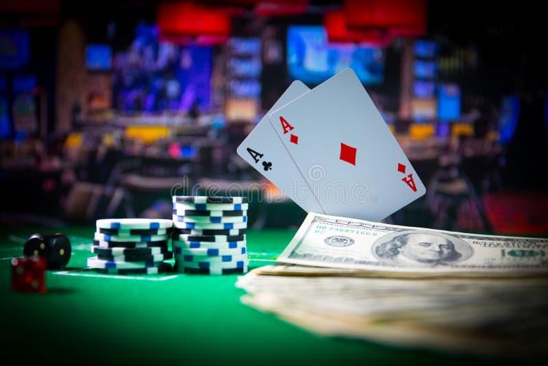 Kasynowy elementu odosobnienie na kolorowym, automat do gier, ruleta podczas gdy, kostki do gry, Kasynowy uk?ad scalony - wizerun zdjęcie royalty free