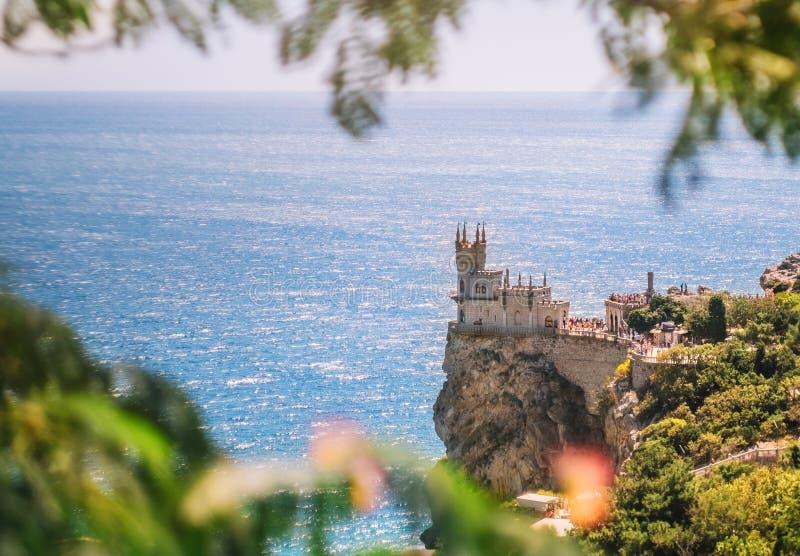 Kasztel dymówki ` s gniazdeczko na skale na Czarnym morzu w lecie, Crimea Symbol i punkt zwrotny Crimea Piękny sce zdjęcia royalty free