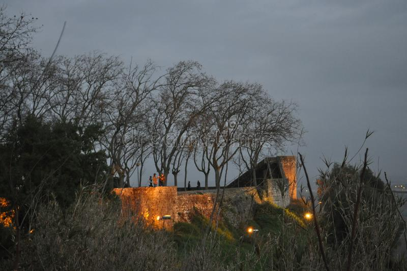 Kasztel i ramparts iluminujący na zimy nocy obraz royalty free