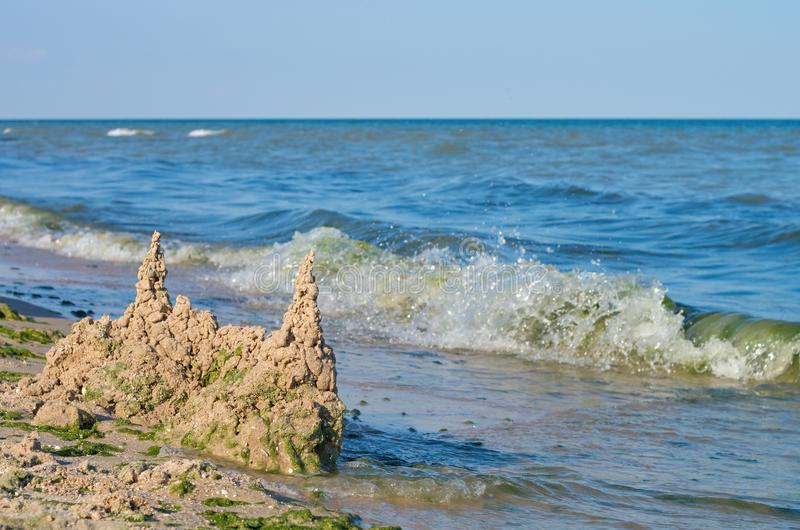 Kasztel piasek na dennej plaży, horyzont obraz stock