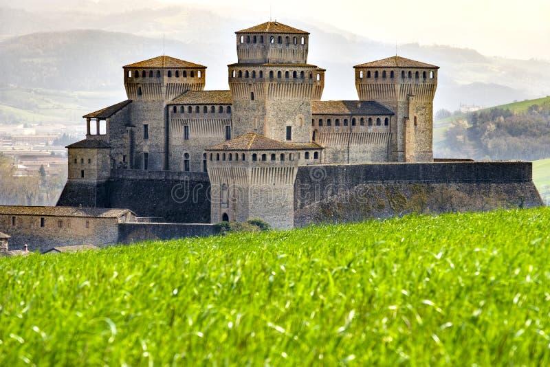 Kasztel Torrechiara doliny łąkowa panorama - Emilia Romagna region Parma, Włochy - zdjęcia stock