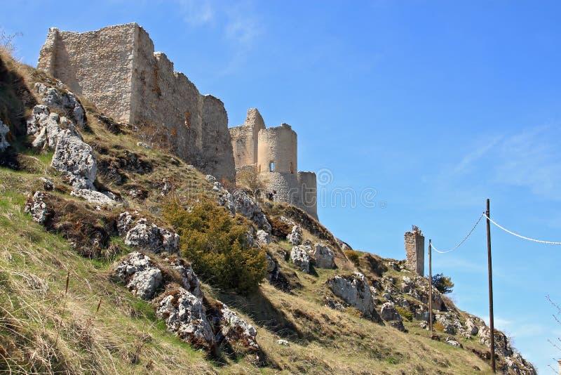 Kasztel w niebie - dama jastrzębia kasztel Rocca Calascio, Aquila, - zdjęcie stock