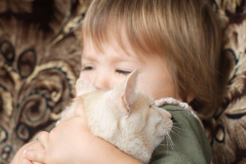 Kat door kind wordt omhelst dat stock foto