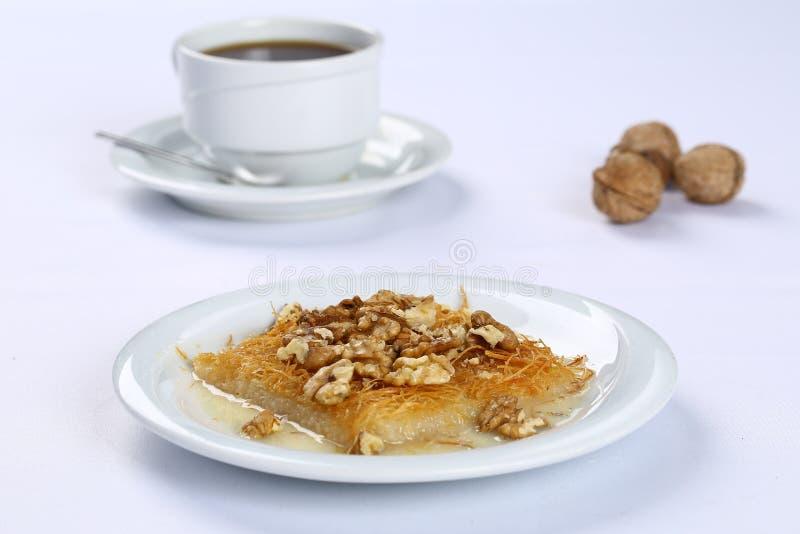 Kataifi com noz - sobremesa turca tradicional imagens de stock