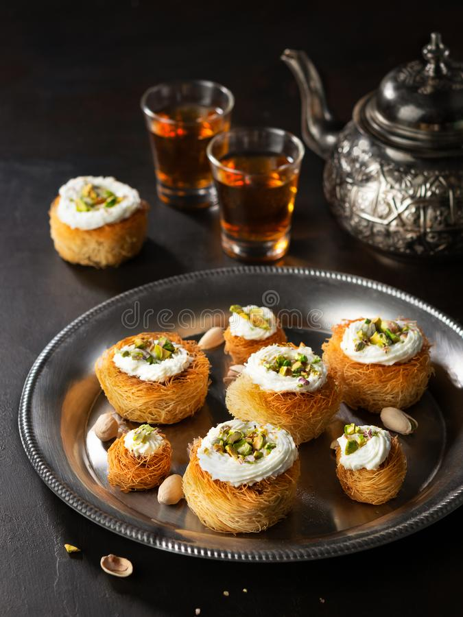 Kataifi, kadayif, kunafa, μπισκότα φωλιών ζύμης baklava με τα φυστίκια με το τσάι Τούρκος γλυκών μαγειρέματος, ή αραβικός παραδοσ στοκ εικόνες