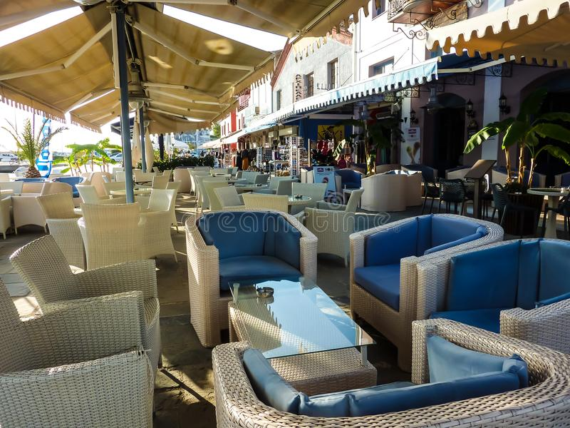 KATAKOLO,希腊- 2017年10月31日:在沿海岸区的咖啡馆在Katakolo奥林匹亚,希腊的港口 图库摄影