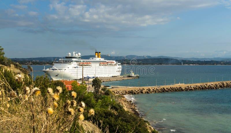 KATAKOLO, GRECIA - 31 de octubre de 2017: Barco de cruceros de Costa Neoclassica que ancla en el puerto de Katakalon imagen de archivo