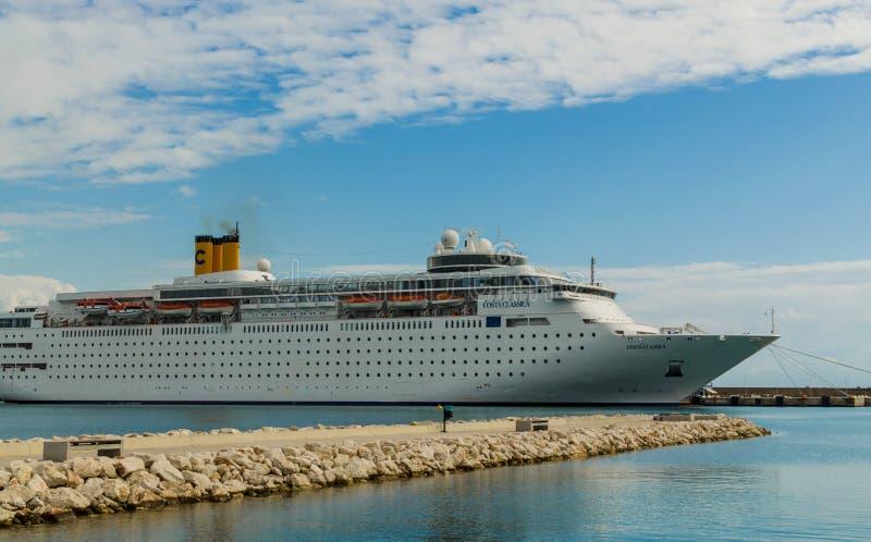 KATAKOLO, GRECIA - 31 de octubre de 2017: Barco de cruceros de Costa Neoclassica que ancla en el puerto de Katakalon fotografía de archivo