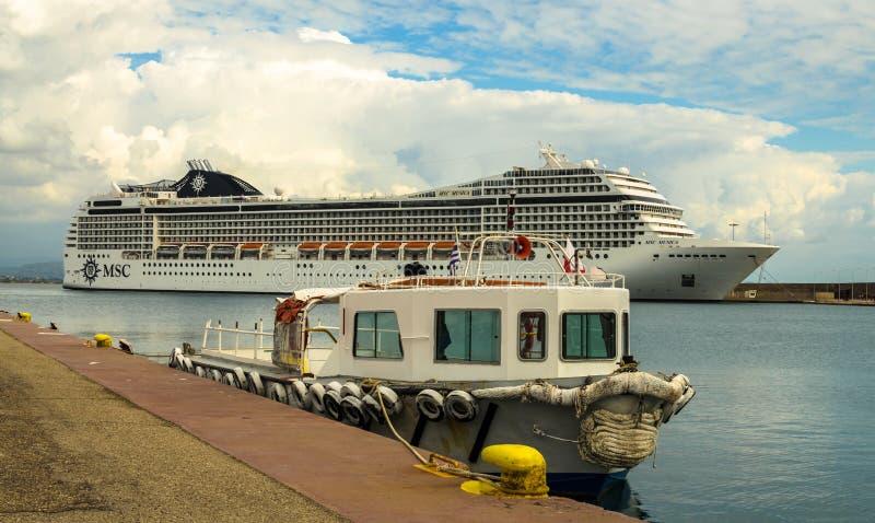 KATAKOLO, GRECIA - 31 de octubre de 2017: Barco de cruceros del MSC Musica que ancla en el puerto de Katakalon foto de archivo libre de regalías