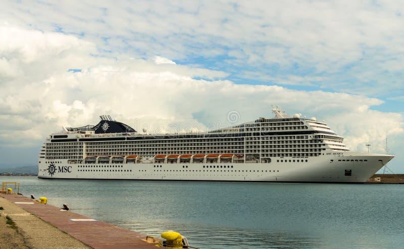 KATAKOLO, GRECIA - 31 de octubre de 2017: Barco de cruceros del MSC Musica que ancla en el puerto de Katakalon fotografía de archivo libre de regalías
