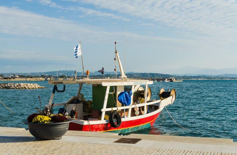 KATAKOLO, GRECIA - 31 de octubre de 2017: Barcos de pesca coloridos tradicionales en el puerto del Katakolo, Grecia imágenes de archivo libres de regalías