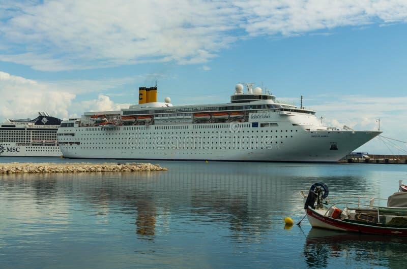 KATAKOLO GREKLAND - Oktober 31, 2017: Costa Neoclassica kryssningskepp som ankrar på porten av Katakalon arkivfoton