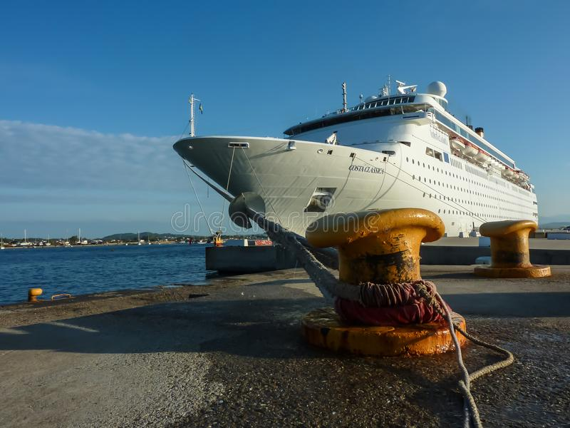 KATAKOLO GREKLAND - Oktober 31, 2017: Costa Neoclassica kryssningskepp som ankrar på porten av Katakalon arkivbild