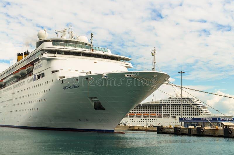 KATAKOLO GREKLAND - Oktober 31, 2017: Costa Neoclassica & kryssningskepp som för MSC Musica ankrar på porten av Katakalon royaltyfria bilder
