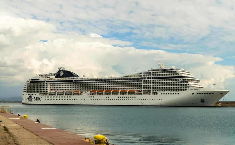 KATAKOLO GREKLAND - Oktober 31, 2017: Kryssningskepp för MSC som Musica ankrar på porten av Katakalon royaltyfri fotografi