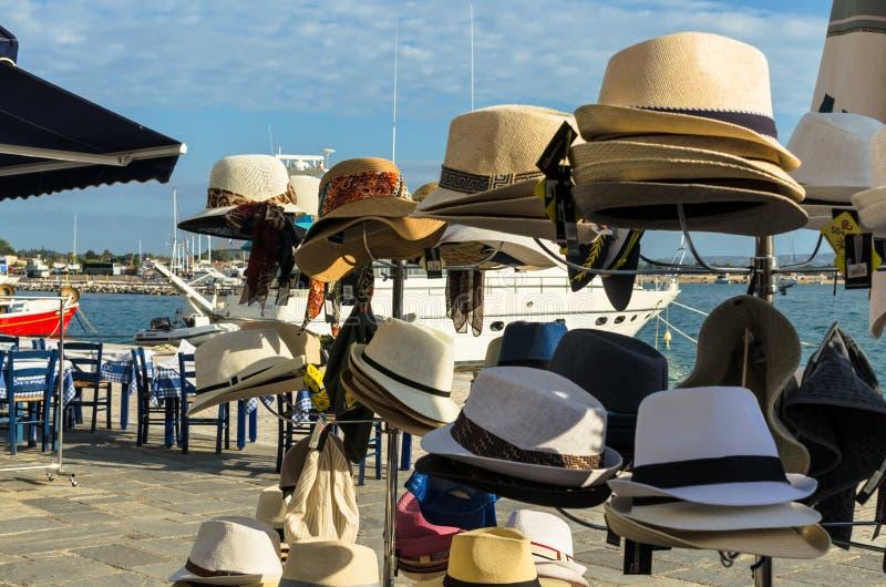 KATAKOLO GREKLAND - Oktober 31, 2017: Man` s och hattar för sugrör för kvinna` som s flätade är till salu på Catacolonen, promene arkivfoto