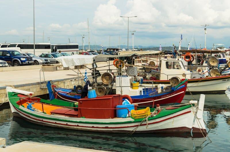 KATAKOLO GREKLAND - Oktober 31, 2017: Traditionella färgrika fiskebåtar i hamnen av Katakoloen, Grekland royaltyfria foton