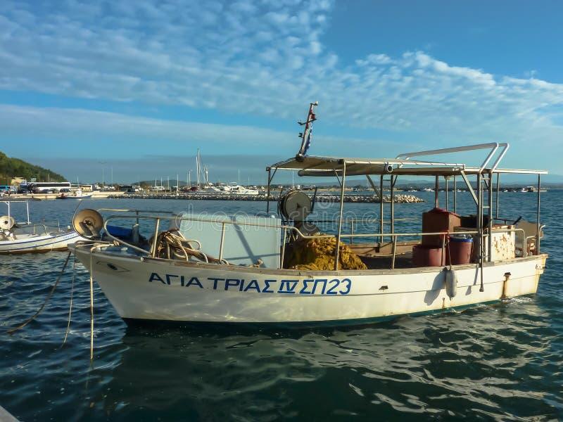 KATAKOLO GREKLAND - Oktober 31, 2017: Traditionella fiskebåtar i hamnen av Katakoloen Olimpia, Grekland royaltyfri foto