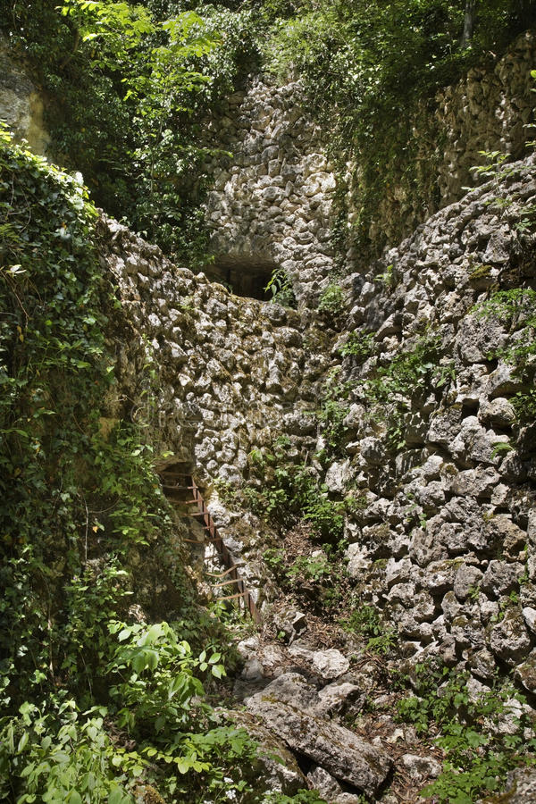 Katakomber nära den Aladzha kloster lökformig arkivbilder