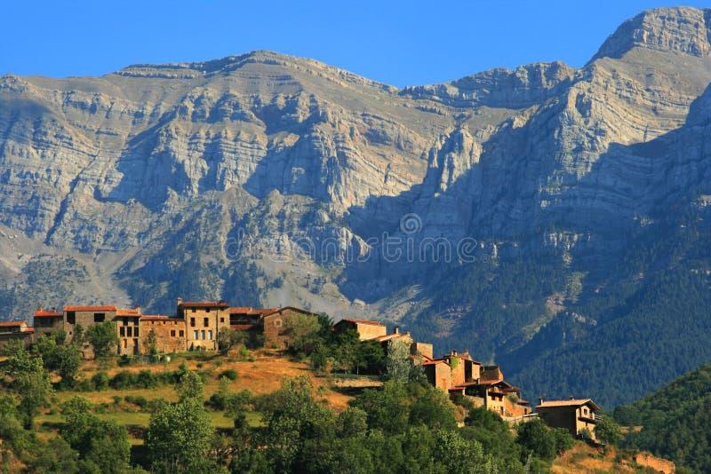 Katalanisches Dorf gehockt in Sierra Del Cadi lizenzfreie stockfotografie