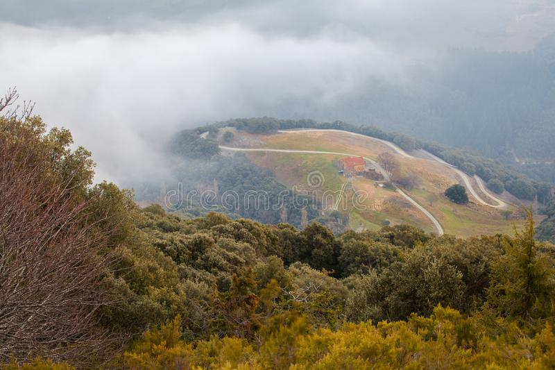 Kataloński farmershouse pod niskimi chmurami fotografia royalty free