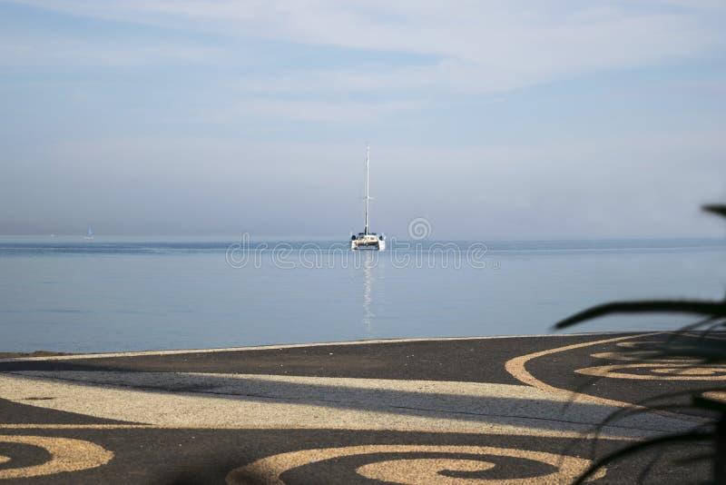 Katamaran de luxe au milieu de la mer photographie stock libre de droits