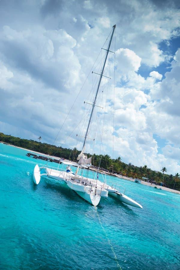 Katamaran in einer Bucht nahe saona Insel lizenzfreies stockbild