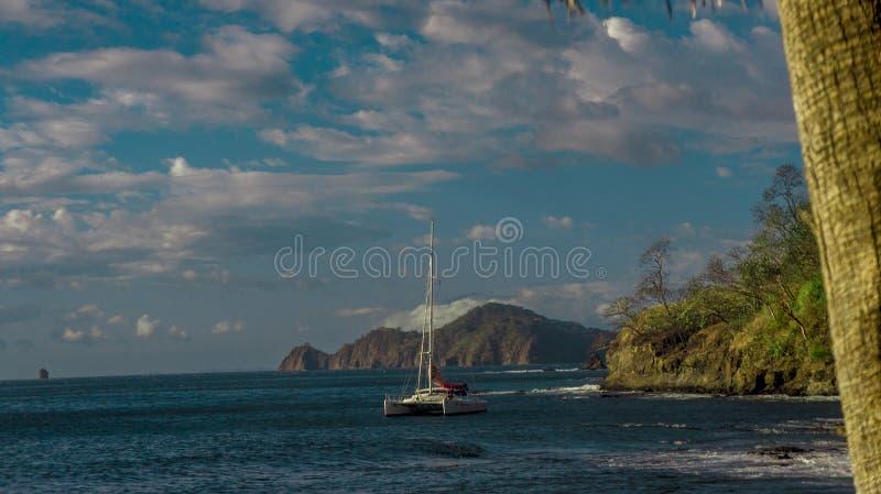Katamaran im Pazifischen Ozean lizenzfreies stockbild