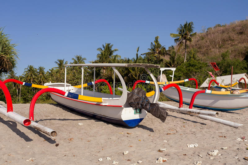 Katamaran på den berömda sandiga Nusa Penida Crystal stranden royaltyfri bild