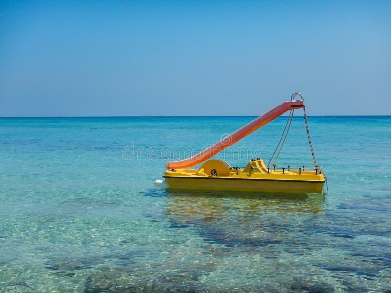 Katamaran på det blåa havet i den Cypern fjärden arkivbilder