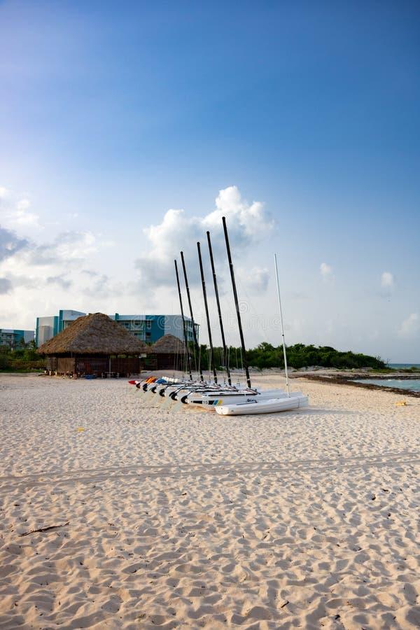 Katamaran på stranden, Cayo Guillermo, Kuba arkivfoton