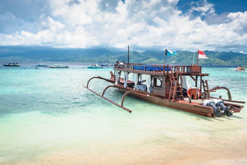 Katamaran som utfärdfartyget på den tropiska stranden royaltyfri bild