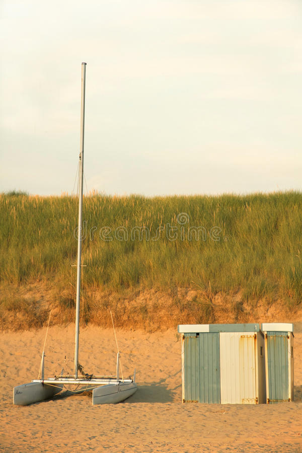 Katamaran am Strand lizenzfreie stockfotografie