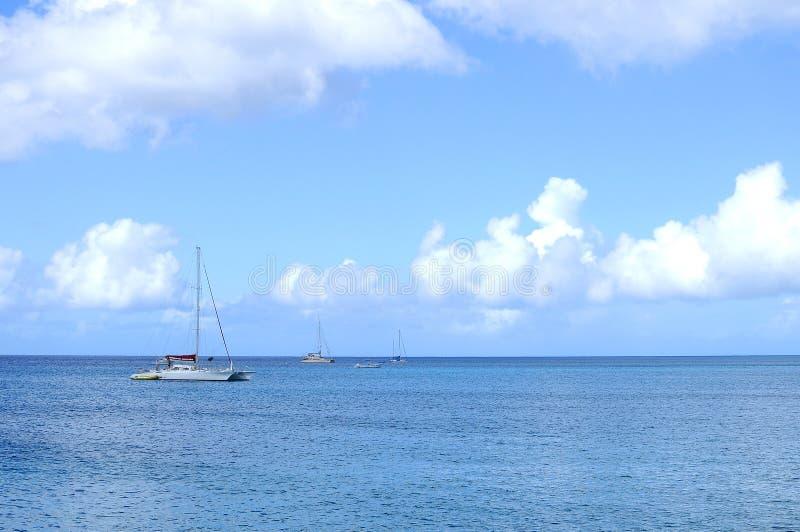 Katamaran und Boote in der hohen See stockbilder
