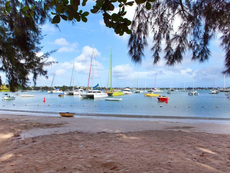 Katamaran und Boote in einer Bucht Großartige Bucht (großartiges Baie) mauritius lizenzfreies stockfoto