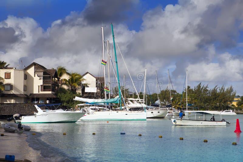 Katamaran und Boote in einer Bucht Großartige Bucht (großartiges Baie) mauritius lizenzfreie stockfotos