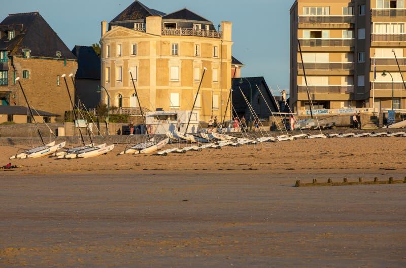 Katamaran und Sandyachten auf dem Strand in Saint Malo Bretagne, Frankreich stockfotografie