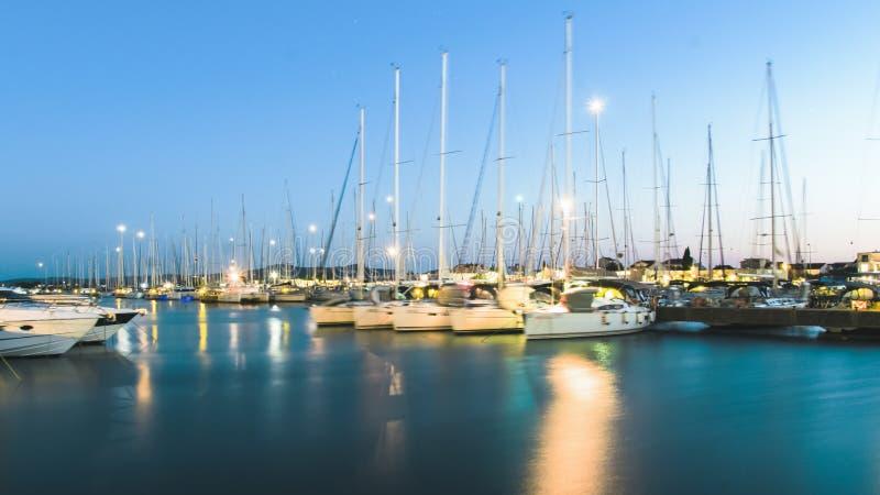 Katamaran und Yachten im Jachthafen in Sukoshan, Kroatien, stockbild