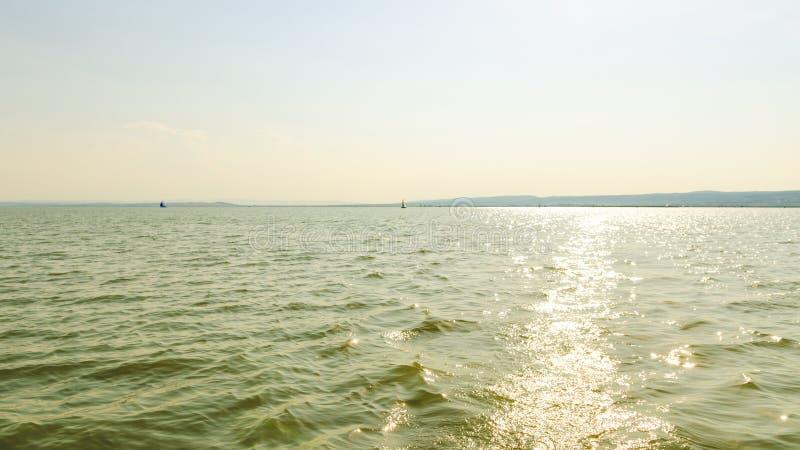 Katamaranfartyg på Neusiedlersee sjön i Österrike royaltyfri foto