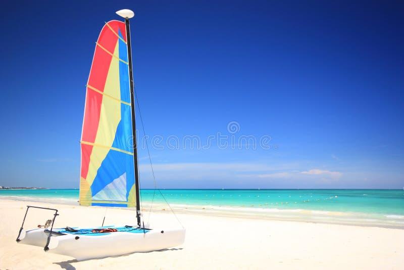 Katamaransegelboot auf dem Strand lizenzfreie stockfotografie