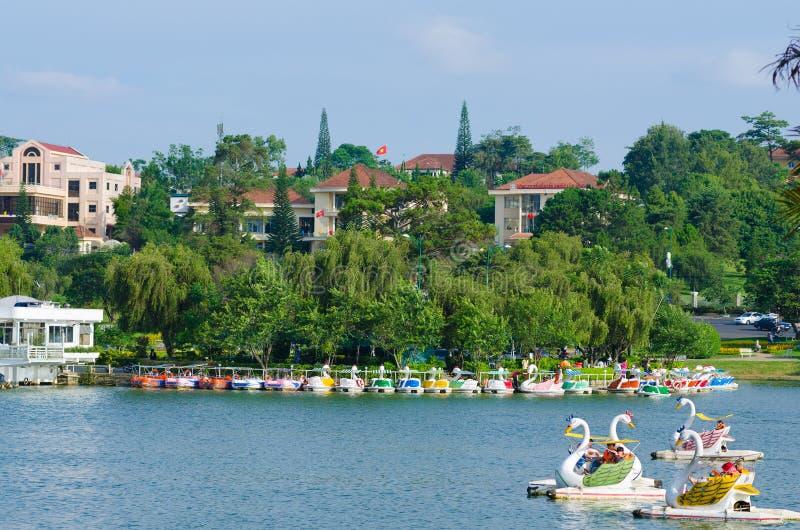 Katamaransegling, Dalat stad, i Vietnam royaltyfria foton