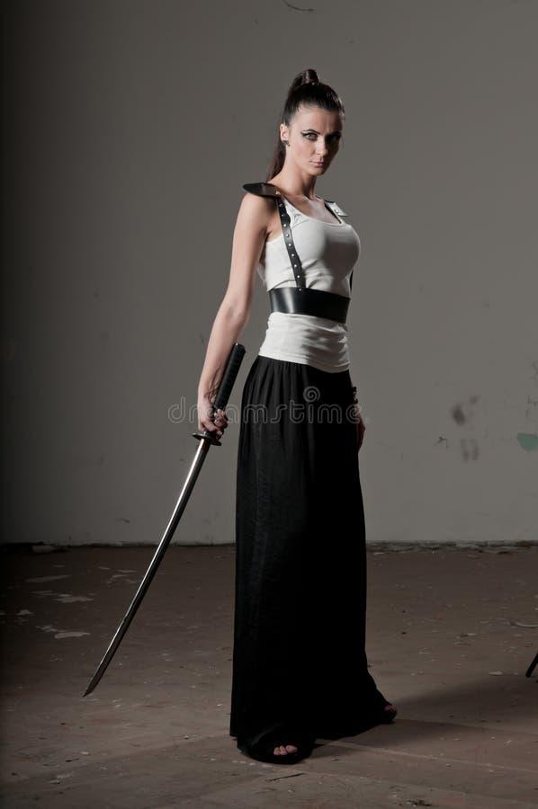 katana владея женщиной стоковые фотографии rf
