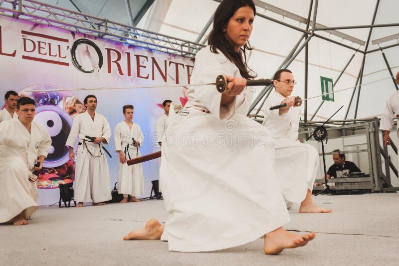 Katana svärdkämpar på den Orient festivalen i Milan, Italien arkivfoton