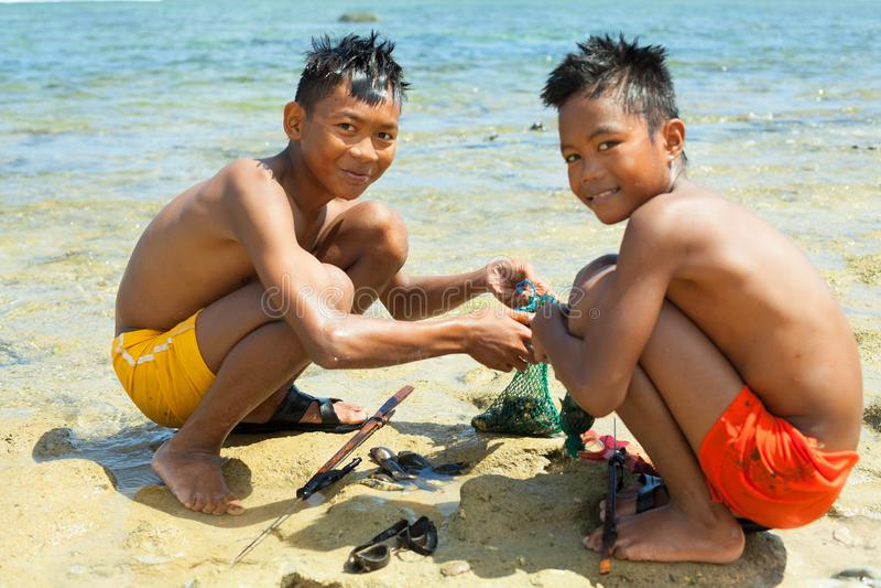 Katanduwanes, Philippines - 1er mars 2019 : deux enfants sur le rivage de l'océan pacifique photos libres de droits