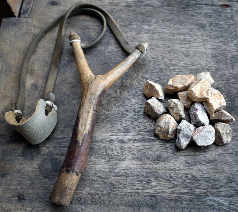 Katapulta z kamieniami na drewnianym tle obraz stock